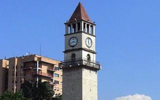 Часовая башня в центре Тираны — Албания